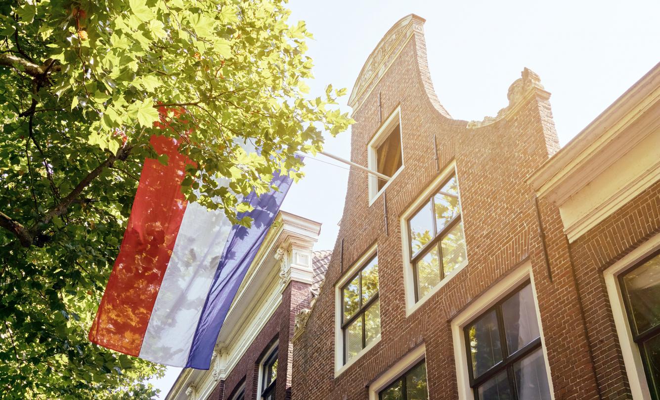 Nederlandse vlag aan gevel
