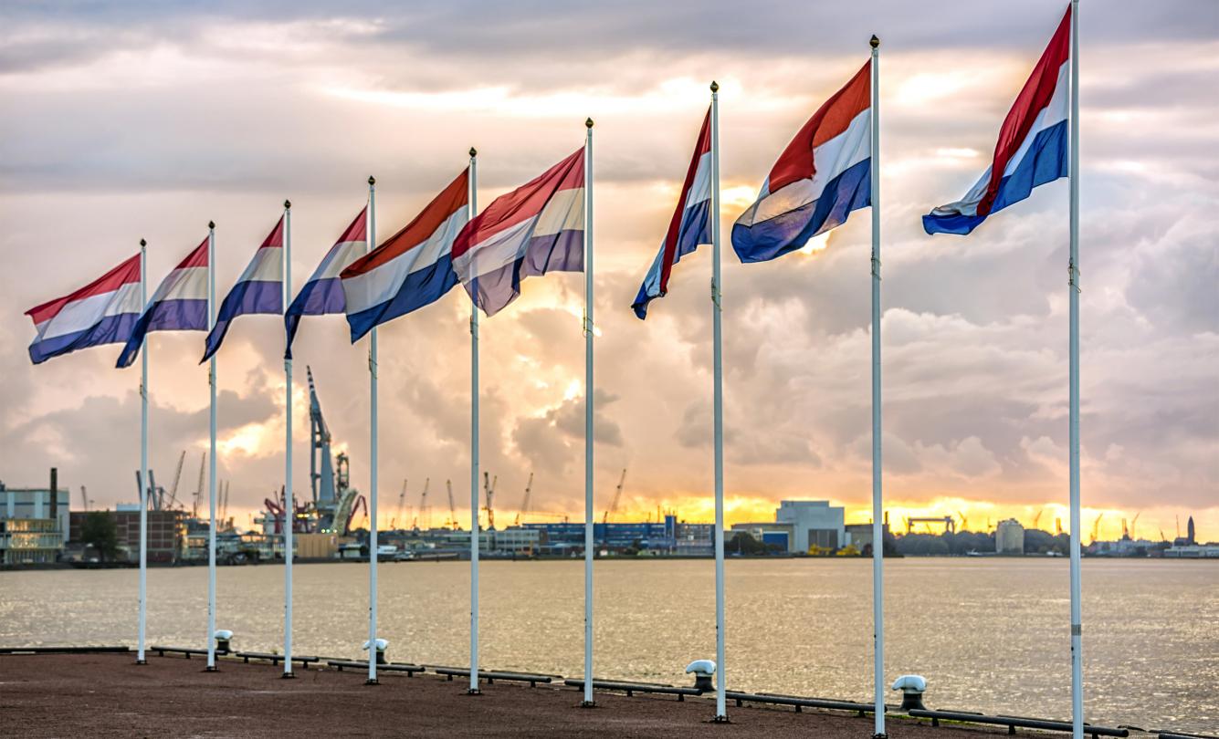 Nederlandse vlaggen in havengebied